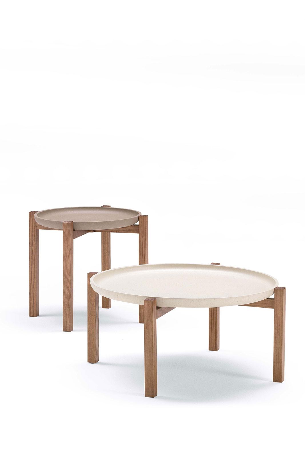 Interamente in legno, con piano rotondo, Pong è un tavolino in massello di frassino elegante e pratico. Il vassoio è asportabile. Consegna a domicilio.