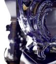 Tavolo rettangolare con base in acciaio cromato e 4 gambe in ceramica blu. Piano in legno ricoperto di foglie d'oro. Per le sale da pranzo più prestigiose.