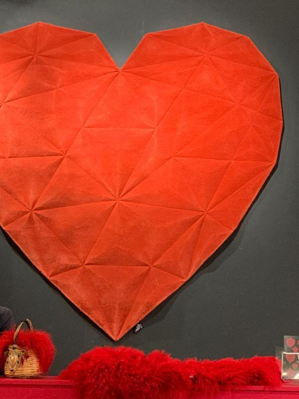 Regina di Cuori is a Heart-shaped original and luxurious artistic rug. Shop Online for the best Italian design. Free home delivery.