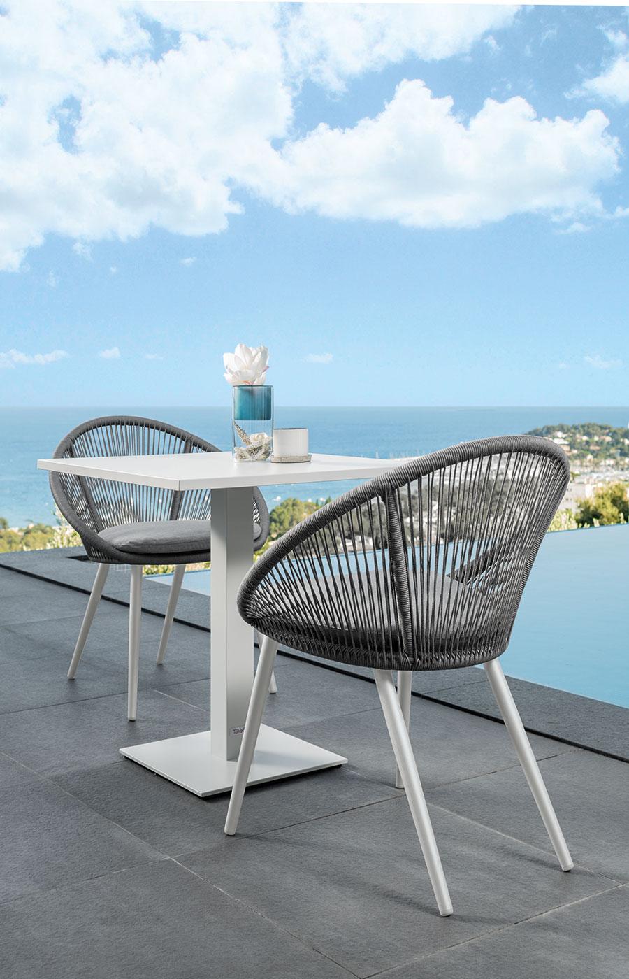Struttura in alluminio bianco ed intreccio di corde grigie. Forme arrotondate, eleganti ed originali. Una sedia da giardino lussuosa in vendita online.