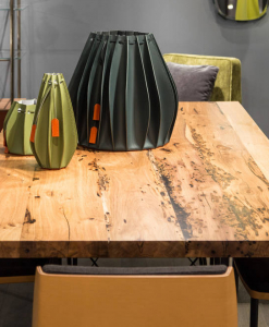 """De la """"Briccola"""" de Venise nait le top de cette table rectangulaire en bois. Pieds en métal. Certificat d'authenticité. Livraison à domicile gratuite."""