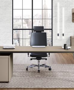 Bureau directionnel gris taupe. Top rectangulaire en MDF. Pied en métal chromé et meuble avec 3 tiroirs et serrure. Fabriqué en Italie. Livraison gratuite.