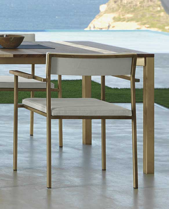 Garden chair with arms. Padded seat and backrest. Luxurious outdoor patio furniture. Table and chairs. Design Ramon Esteve. Shop online.