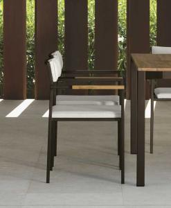 Sedia con braccioli da giardino con seduta e schienali imbottiti. Arredo giardino lussuoso. Tavoli e sedie, mobili per esterno. Design Ramon Esteve.