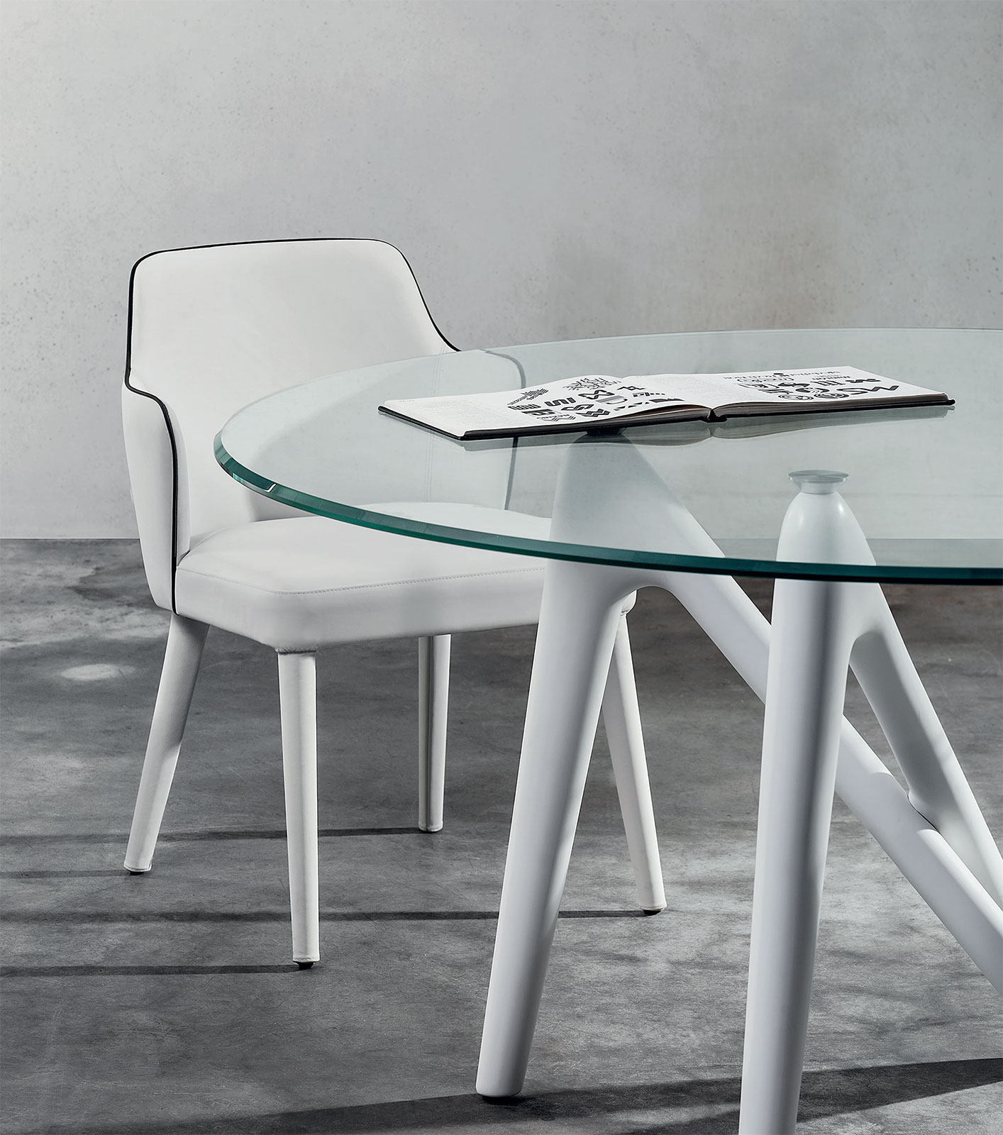 Design by Andrea Lucatello, 100% made in Italy, a stunning round dining table. Tremped glass clear top and white lacquered polyurethane legs. Free delivery.