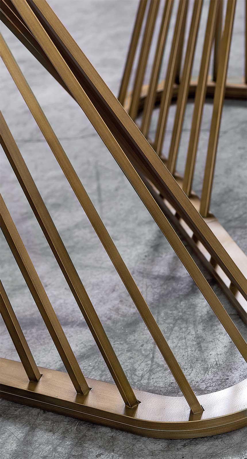 Tavolo da pranzo design made in Italy. Tavolo sagomato a botte. Piano in vetro, base metallica in forma di arpa. Vendita online, consegna gratuita.