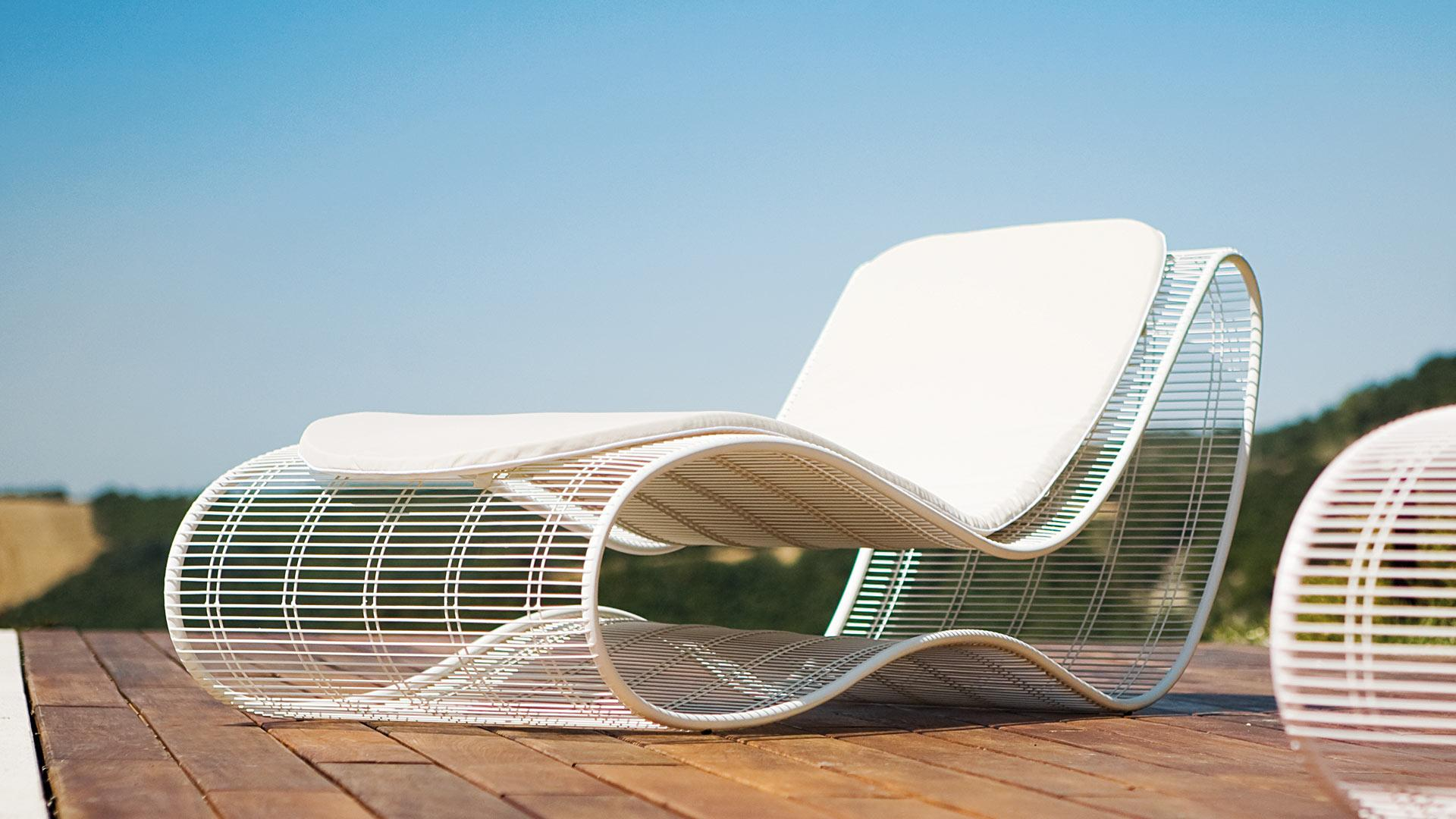 Sinuo modern luxury metal frame sunbed shop online for Chaise longue design piscine
