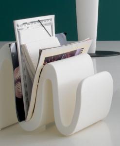 Porte-revues réalisé en polyethylène récyclable en blanc, noir ou taupe. Beau et original pour des ambiances modernes. Livraison à domicile.