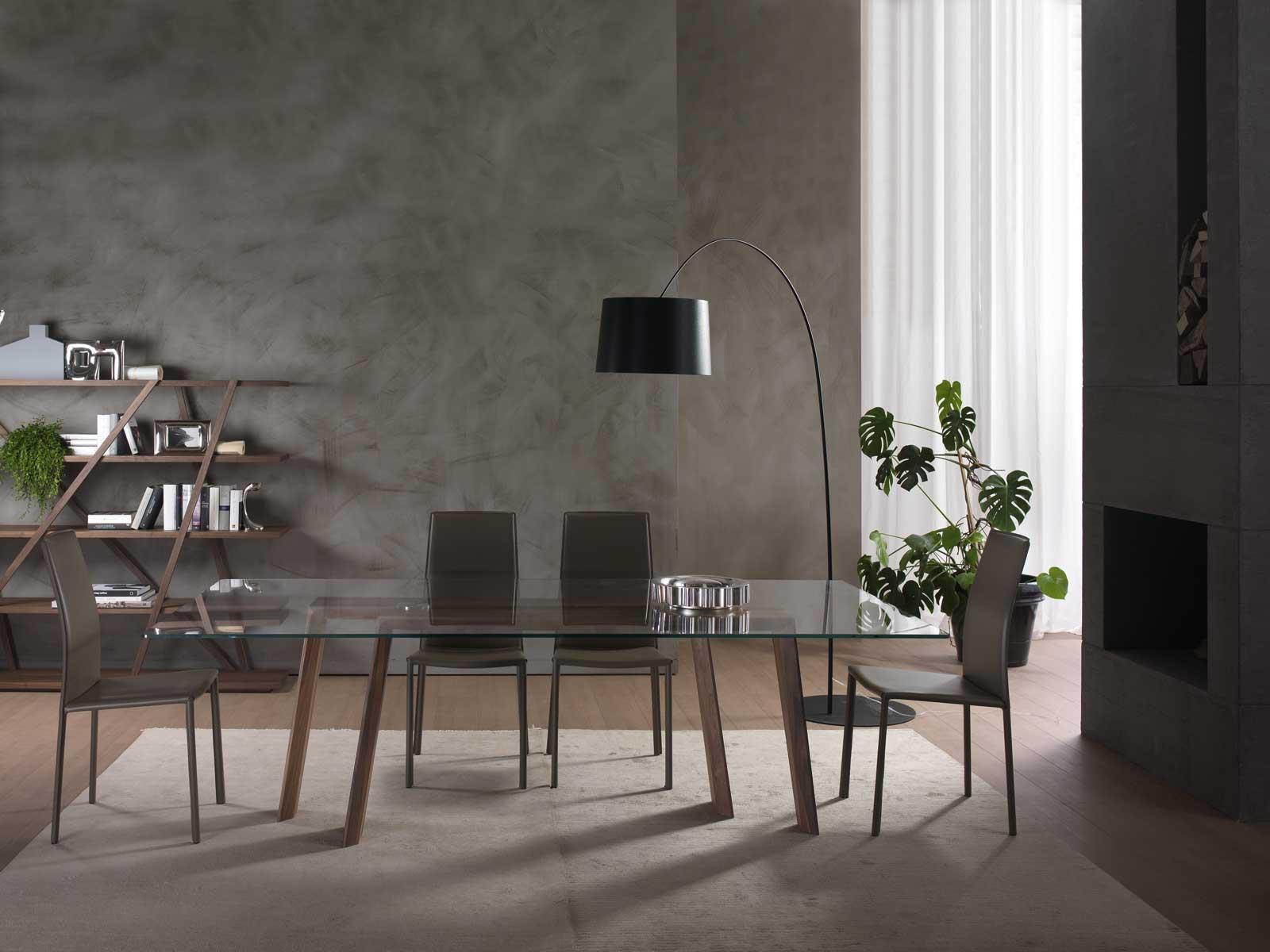 Tavolo da pranzo in massello di noce canaletto. Piano rettangolare in vetro. Vendita online di arredamento lussuoso made in Italy in consegna gratuita.