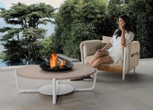 Tavolino da esterno con braciere. Rotondo con piano in marmo. Adatto all' esterno. Tavolino da caffè design per giardino e terrazza.