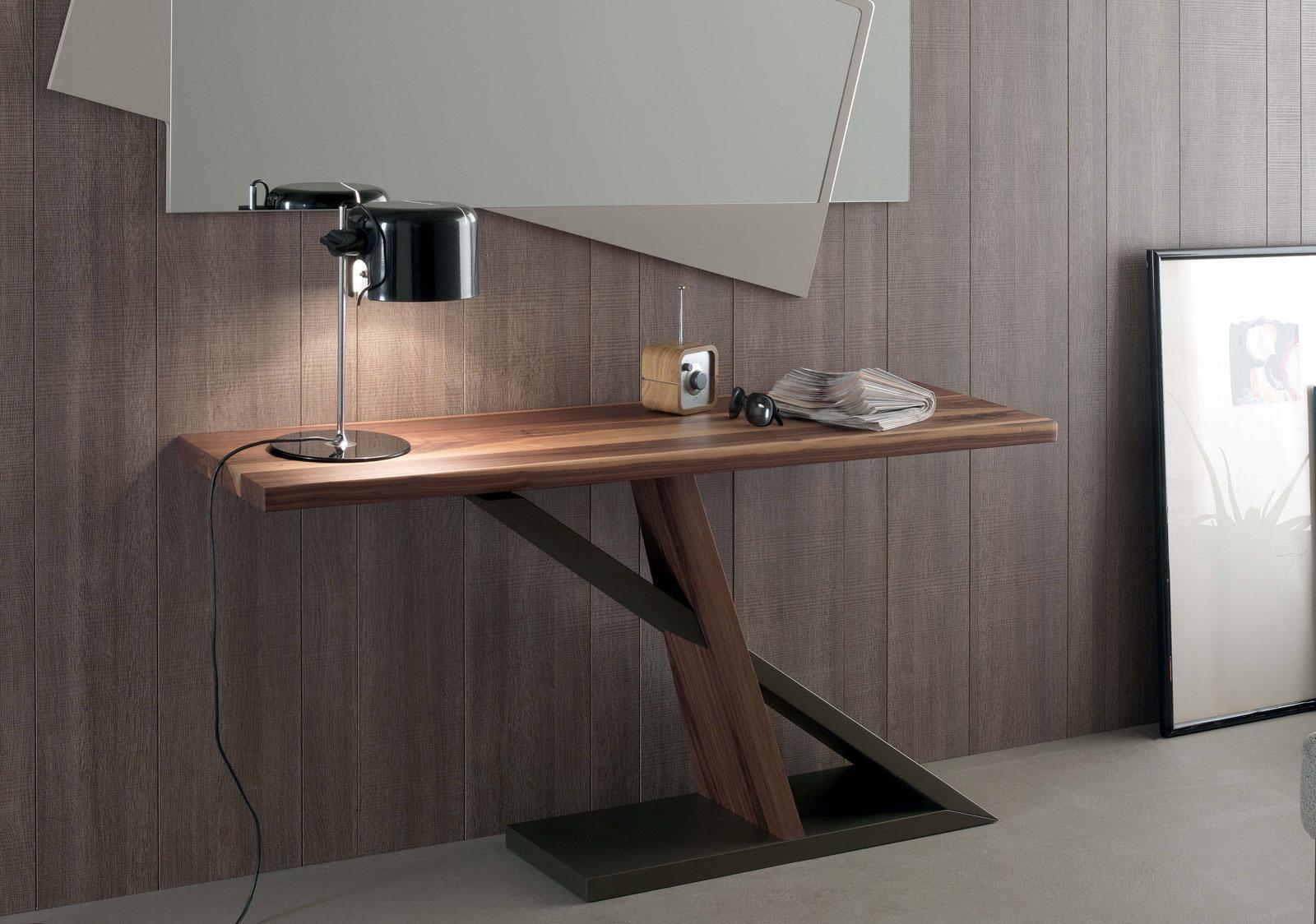 Une console rectangulaire bicolore originale et moderne conçue par Andrea Lucatello. Bois noyer canaletto et bronze. Livraison à domicile gratuite.