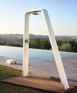 Doccia da esterno in alluminio. Rubinetto miscelatore in acciaio inox incluso. Basamento in legno esotico iroko. Design di Daniele Fecchio. Acquisto online.