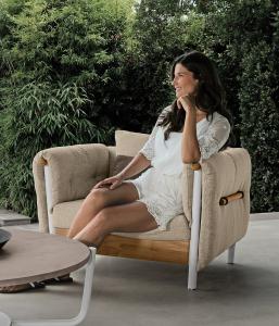 Poltrona da esterno design in alluminio e teak. Vendita online di mobili da giardino di lusso. Comprate i nostri mobili outdoor made in Italy