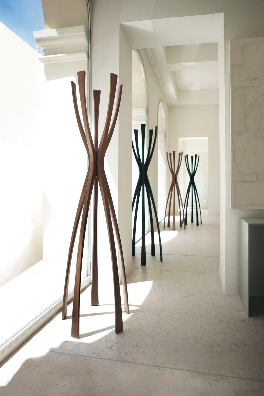 Flam porte manteau en bois massif de noyer canaletto idd - Porte manteau bois design ...