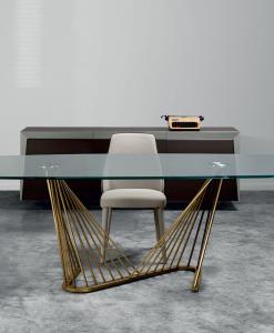 Table design originale made in italy. Plan en verre et base dorée. Vente en ligne de tables de salle à manger haut de gamme. Livraison gratuite.