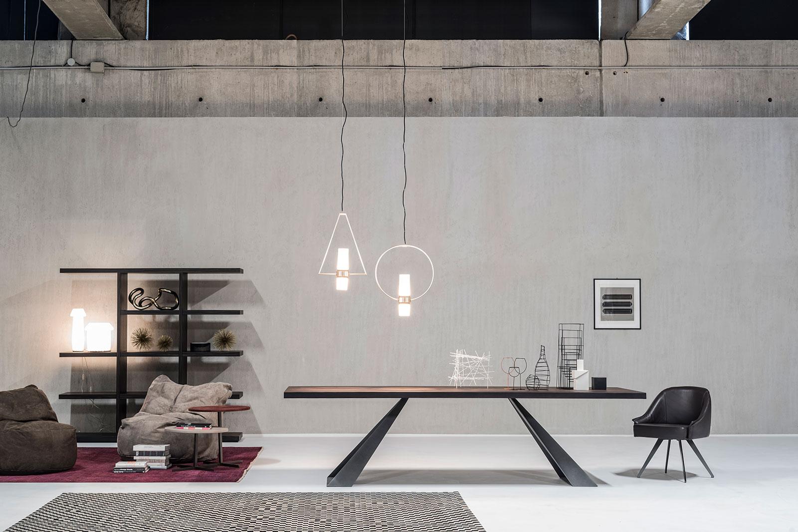Tavolo rettangolare in legno e metallo. Vendita online di tavoli da pranzo made in Italy con consegna gratuita. Tavoli di lusso artigianale in legno, pelle.