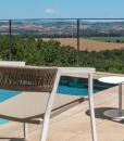 Sedia da giardino in alluminio bianco e corda tortora con braccioli. Vendita online di mobili da esterno design di alta qualità con consegna gratuita.
