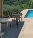 Sedia da esterno con braccioli in alluminio e corda grigia. Vendita online di sedie design per giardini e terrazze con consegna gratuita. Mobili da esterno.