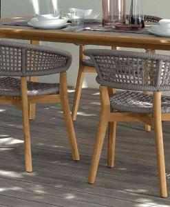 Chaise d'extérieur en teak et aluminium. Corde tressée grise. Vente en ligne de meubles de jardin haut de gamme avec transport offert. Design et confort.