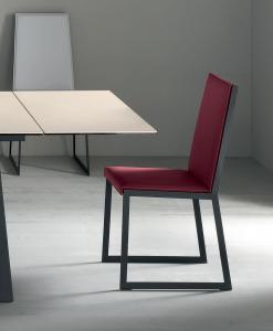 Matrix est une chaise au dossier haut en simili cuir, dessinée par le studio Arter & Citton. Cette chaise de salle à manger est disponible en différentes couleurs.