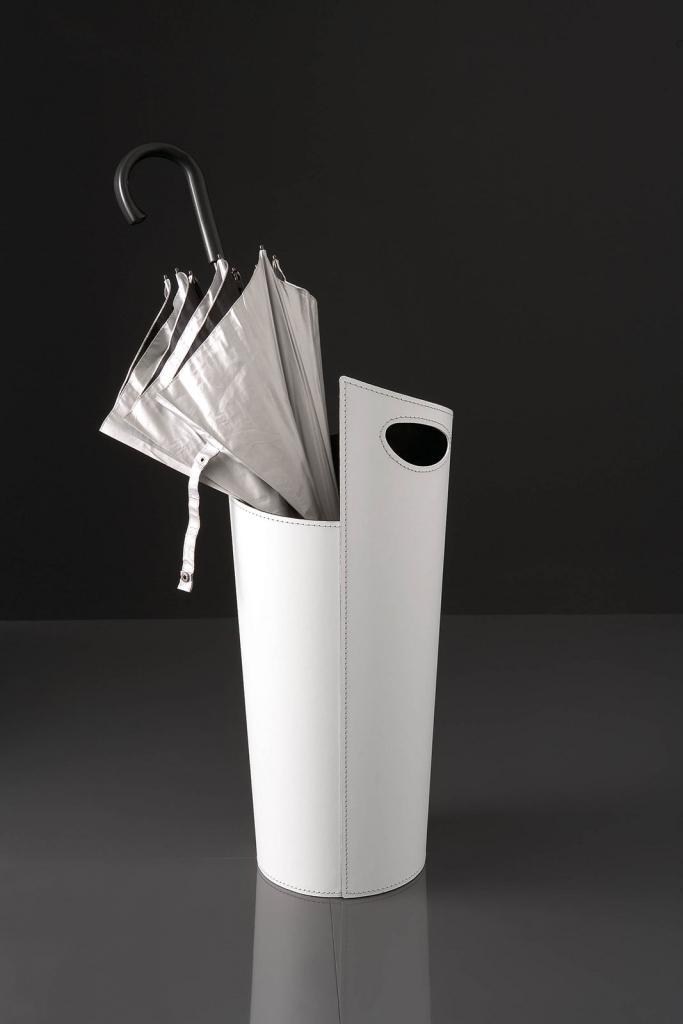 Porte parapluie en tôle recouvert en cuir régénéré. Complément de décoration disponibile en blanc, noir ou rouge. Vente en ligne et livraison à domicile.