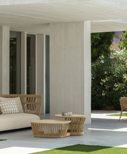 Table ronde de jardin originale en aluminium et corde beige. Vente en ligne de meubles design pour terrasses et balcons. Mobilier d'extérieur haut de gamme.