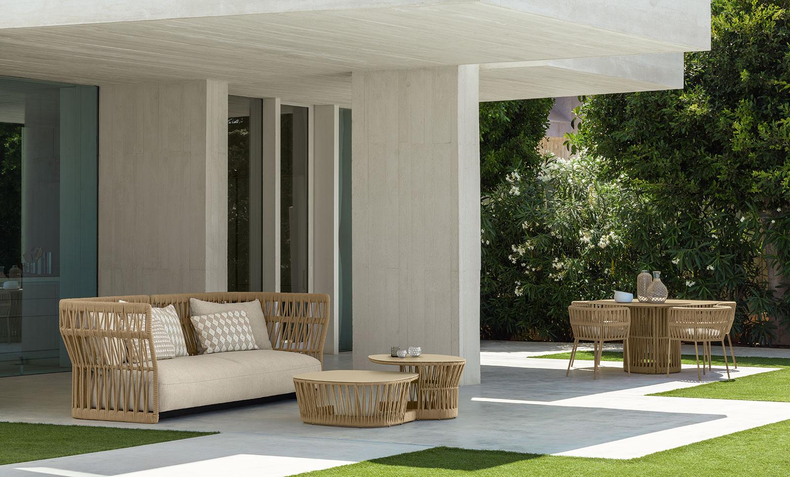 Divano da esterno in alluminio e corda intrecciata. Vendita online di mobili da giardino design di alta qualità con consegna gratuita. Mobili per terrazze.