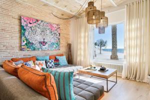 San Sebastian Sitges Barcellona Spagna. Casa indipendente su due livelli. Sedute Patchwork, divani Insula e Add Look, madia Ottica. Design Luis Sanandres.